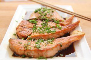Lachs enthält viele Proteine und gesunde Omega-B6-Fettsäuren.