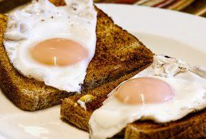 Frühstück auslassen sollte man während einer Diät nicht. Dieses kann zur Gewichtszunahme führen.