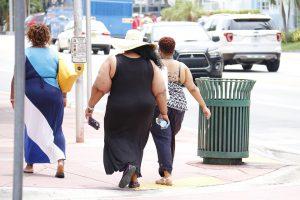 Fettabsaugen kann als operativer Eingriff zur Gewichtsreduktion durchgeführt werden.