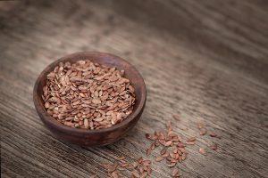 Flohsamen enthält ähnlich wie Leinsamen viele Ballaststoffe und eignet sich so gut zum Abnehmen.