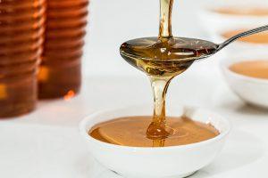 Ein Diät-Drink mit 2 TL Honig kann beim Abnehmen helfen.