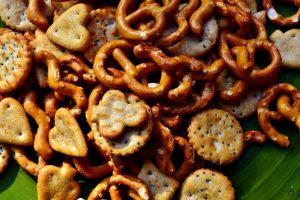 Unnötige Kalorien in Form von Snacks sollte man meiden.