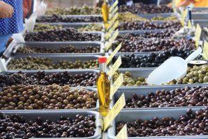 Oliven und Olivenöl gehören mit auf den Speiseplan.