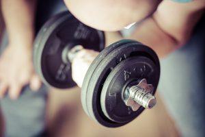 Muskeln können auch im Alter aufgebaut werden und fördern den Grundumsatz.