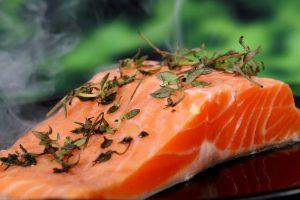 Lachs steht bei der Perricone-Diät im Mittelpunkt der Ernährung.