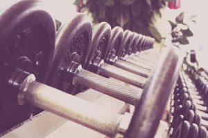 Für eine Diät bietet sich Sport kombiniert mit einer Ernährungsänderung an.