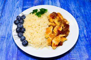 Die Reisdiät ist kalorienarm und ermöglicht schnelle Gewichtsverlust vor allem durch Flüssigkeitsverlust.