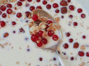 Ein Frühstück mit Haferflocken ist gesund, lecker und liefert viel Energie für den Tag.