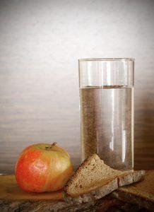 Eine mögliche empfohlene Ernährung kann das Fasten sein.
