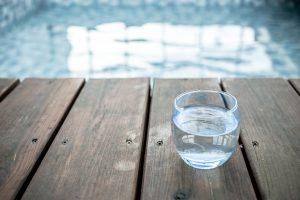 Bei der Wasserkur achtet man auf eine ausreichende Aufnahme von Wasser in den Körper.