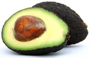 Bei der Zubereitung von Avocados sollte man einige Dinge beachten, damit diese nicht gesundheitsschädlich werden.