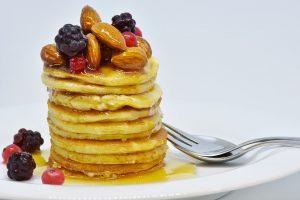 Kalorienhaltiges Frühstück, gerade beim amerikanischen Frühstück sind Pancakes beliebt, die Pfannkuchen mit Sirup sind reich an Kalorien.