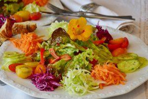 Ballaststoffe im Salat helfen dabei satt zu bleiben und wenig Kalorien aufzunehmen.