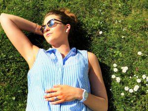 Den Vitamin D Bedarf kann der Körper zu 80% selbst durch Sonnenstrahlung in der Haut generieren, 20% wird über die Nahrung aufgenommen.