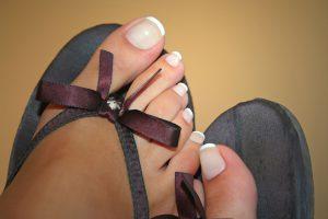 Eine Fußplege und Vermeidung von feuchten Füßen hilft gegen Nagelveränderungen.