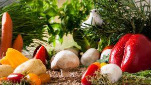 Bei der Ernährung sollte man auf genügend Gemüse und Obst achten und frisch selbst kochen.