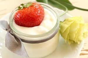 Joghurt mit Früchten liefern wertvolle Eiweiße und probiotische Bakterien für die Verdauung sowie Vitamine.