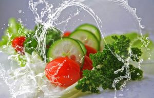 Gemüse wie Gurken und Salat enthalten wenig Kalorien und machen dank der enthaltenen Ballaststoffe satt.