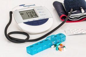Bluthochdruck sollte regelmäßig gemessen werden bzw. medikamentös behandelt werden.