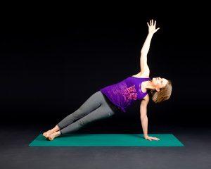 Mit dem Seitstütz werden die seitlichen Bauchmuskeln beim Pilates gestärkt. Man stützt sich hierzu mit einem Arm auf dem Boden ab und hält den Körper gerade und den anderen Arm und Blick richtet man nach oben. So kommt es zu einem brennen/ziehen in der Bauchmuskulatur.