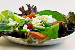 Kalorienarme Salate stehen bei der Diät auf dem Speiseplan.