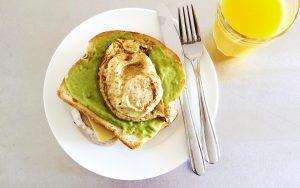 Bananenbrot mit Avocado und Pistazien