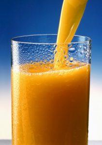 Ein Glas Saft kann eine Portion Obst oder Gemüse am Tag ersetzen.