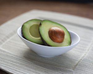 Die Avocado enthält viele gesunde Fette die den Stoffwechsel fördern.