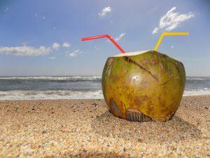 Kokoswasser schmeckt nicht nur am Strand erfrischen und lecker, es fördert auch den Stoffwechsel.