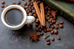 Kaffee und Zimt können beim Abnehmen helfen.