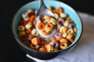 Süße Produkte wie gezuckerte Cornflakes sollte man bei einer Diät meiden.