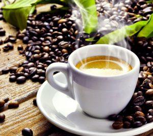 Bei der Bulletproof-Coffee-Diät setzt man auf fettigen Kaffee zum Frühstück.