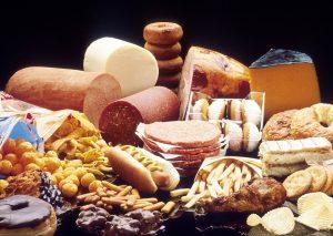 Tierische Fette aus Wurst und fettigem Fleisch sollten jedoch auch hier gemieden werden.