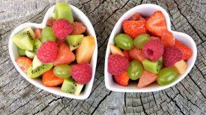 Frisches Obst sollte möglichst kalorienarm ein, gut geeignet sind Kiwis, Erdbeeren, Himbeeren, Melone oder Weintrauben.