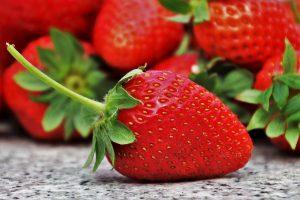 Erdbeeren sind kalorienarm und haben auf 100 g nur 32 kcal.