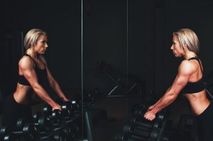 Sport mit Krafttraining spielt eine große Rolle beim Abnehmen.