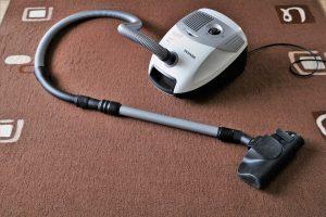 Durch einfache Hausarbeit wie Staubsaugen mit dem Staubsauger, auf Englisch vaccum cleaner, kann man leicht zusätzliche Kalorien umsetzen und so einfach abnehmen.