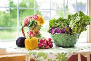 Beim Gemüse und Obst achtet man auch auf möglichst wenig Zucker und Kohlenhydrate wie bei Beeren, Äpfeln, Paprika oder Blattgemüse.