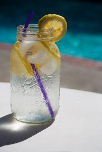 Kalorienfreies Wasser hemmt den Hunger bei einer Diät.