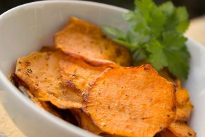 Chips kann man kalorienarm selbst herstellen.
