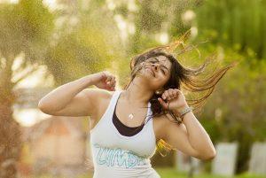Tanzen, wie beim Zumba, macht Spaß und hilft dabei die Pfunde purzeln zu lassen.
