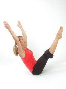 Klappmesserförmige Bewegungsabläufe trainieren die Balance sowie Bauch und Hüfte.