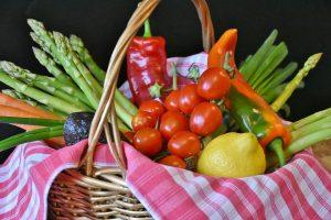 Durch den Verzicht auf zuckerhaltiges Gemüse und Obst kann es bei einer dauerhaften Low-Carb-Diät zu Mangelerscheinungen kommen.