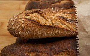 Abhängig von der Lagerung und Brotsorte ist es unterschiedlich lang haltbar. Besonders lang hält es sich im Kühlschrank. In der Papiertüte wird es hingegen nicht hart und schimmelt später als in einem Plastikbeutel oder einem Brotkasten.