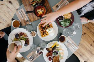 Das Frühstück, auf Englisch breakfast, fällt eher britisch aus, mit Lebensmittel die man eher zum Abendbrot erwarten würde wie Fleisch, Wurst, Fisch und Gemüse.