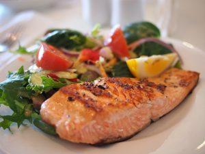 Ein Essensplan kann dabei helfen regelmäßig gesunde Mahlzeiten zu zubereiten, wie hier mit Lachs, auf Englisch salmon.