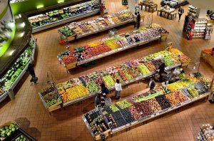 Frisches Obst sollte nicht nur bei einer Diät auf dem Speiseplan stehen. Hier aus dem Supermarkt, auf Englisch supermarket.