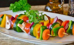 Die richtige Jahreszeit erleichtert auch durch mehr frisches Gemüse und Obst die Diät.
