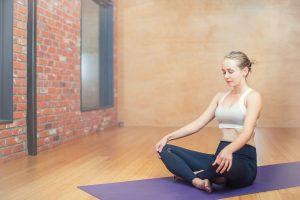 Für einfache Entspannung- und Kräftigungsübungen für den Rücken reicht eine einfache Gynmanstikmatte zu Hause aus.