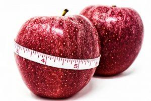 Durch ein Kaloriendefizit gelingt das Abnehmen.
